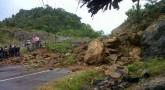 Jalan Penghubung Kecamatan Terancam Longsor